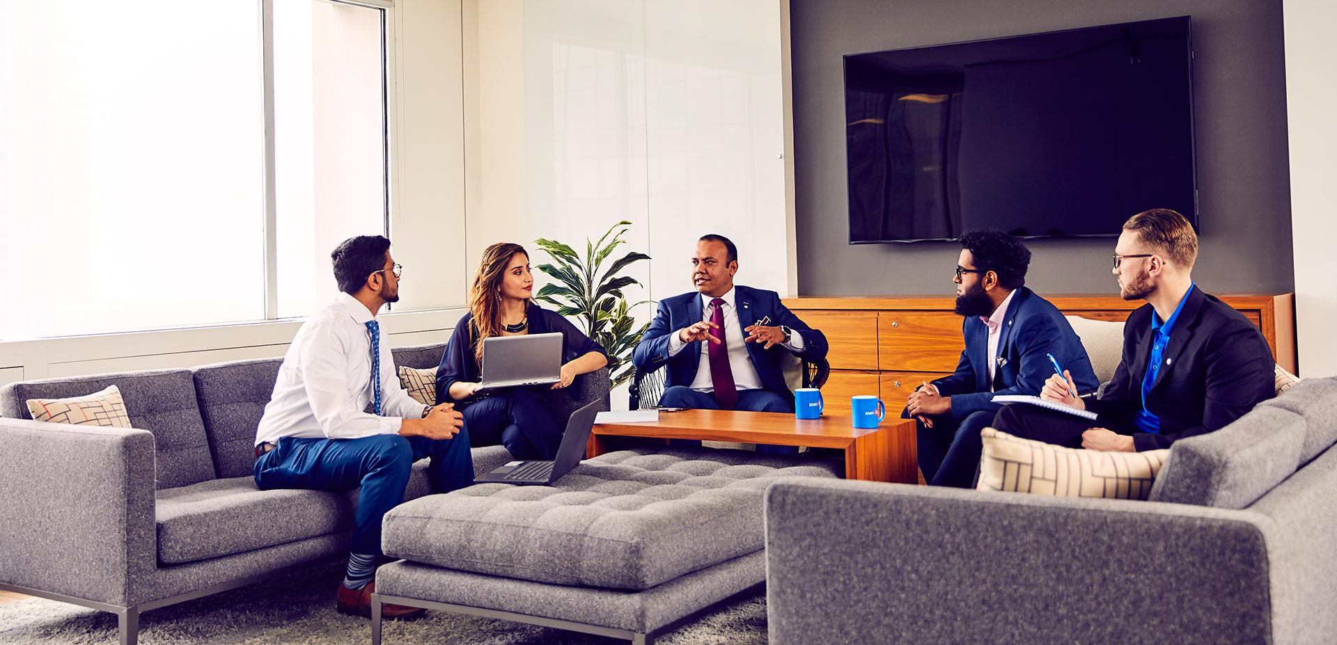 Groupe d'employés qui rencontrent leur gestionnaire.