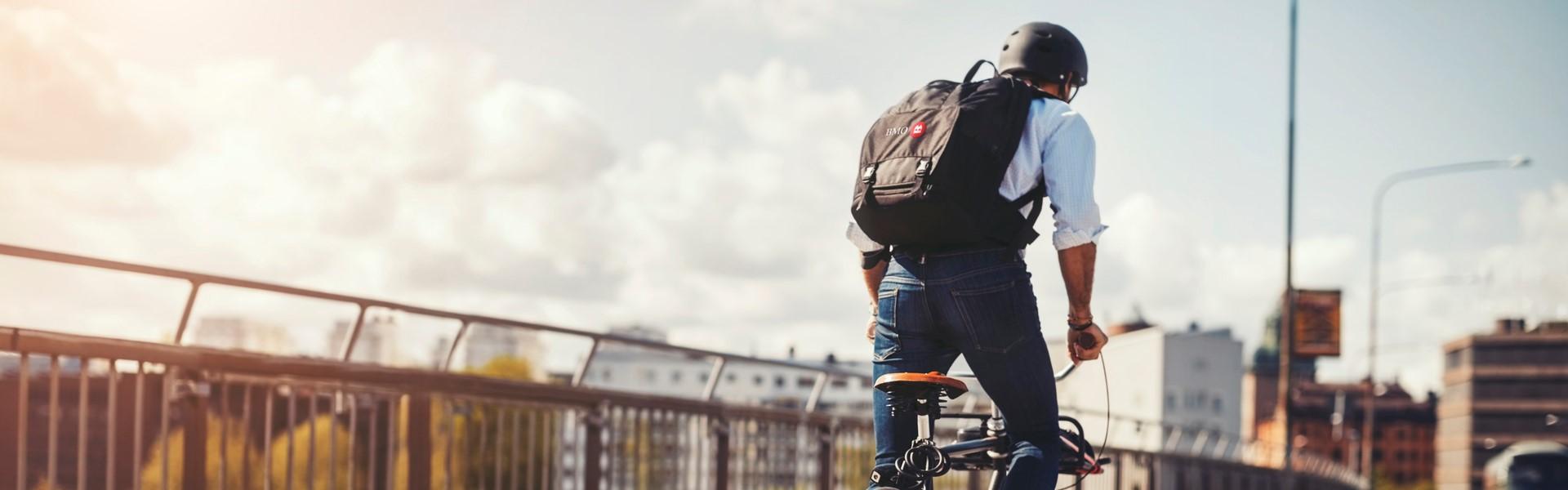 Homme qui se rend au travail à vélo.