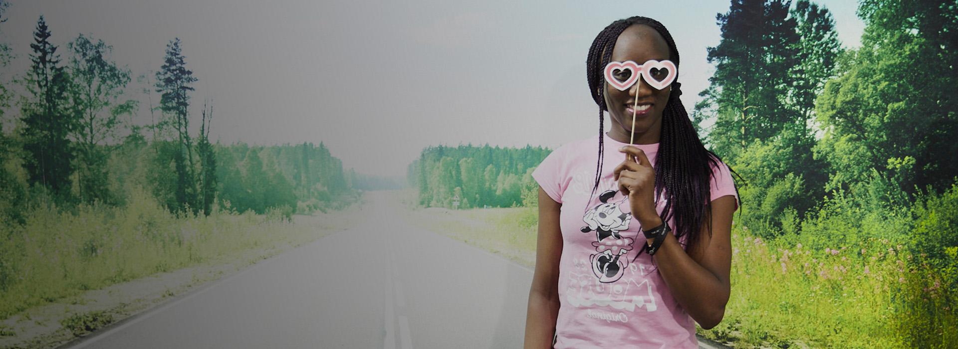 Lady pink tshirt road wall