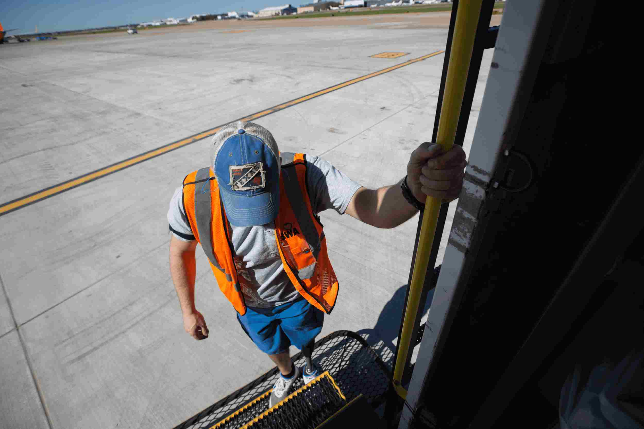 Southwest Employee with prosthetic leg working on the ramp